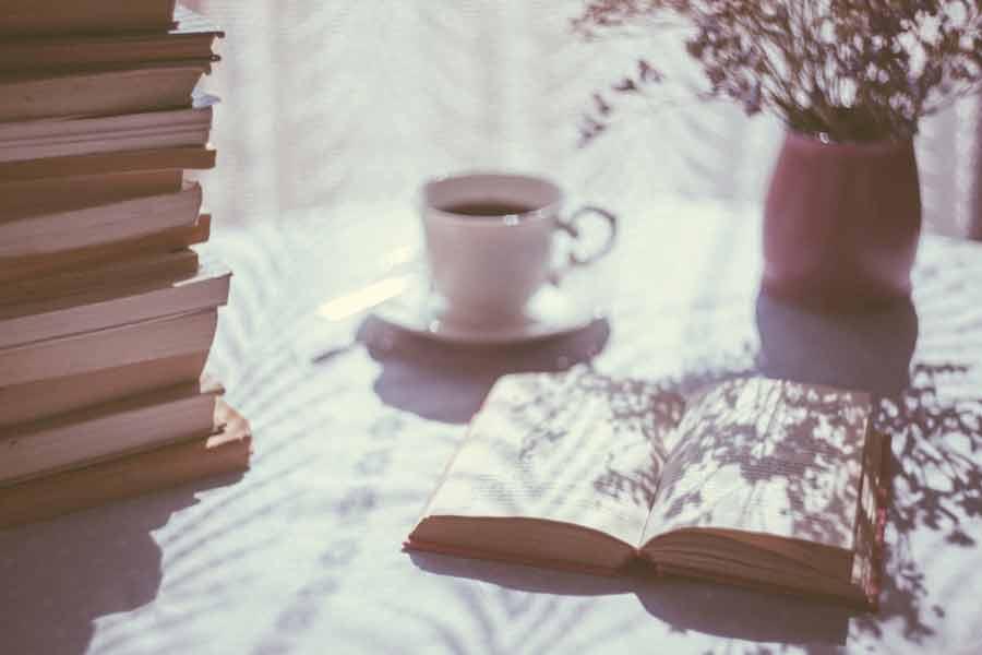 おうちで読書を楽しんでいるお父さん