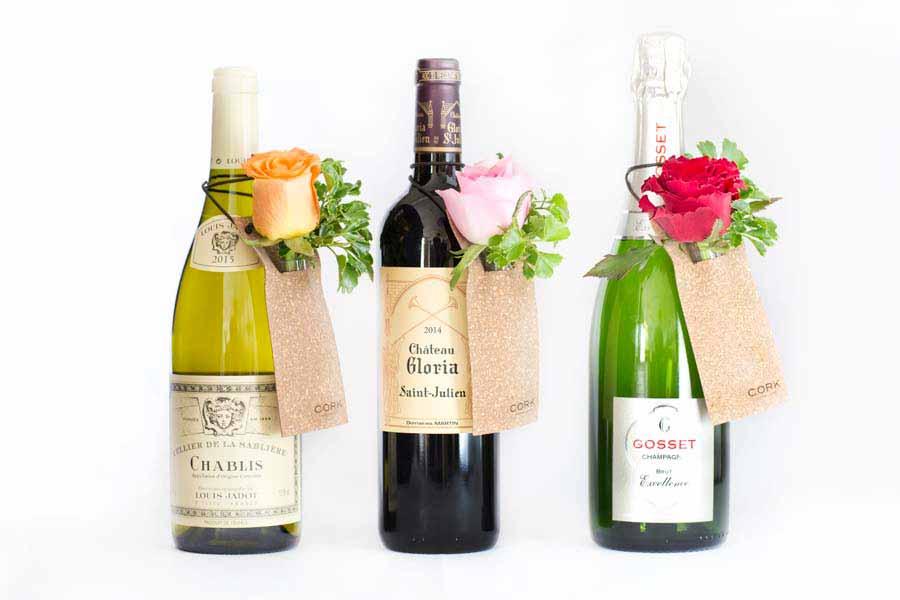 ワインのボトルネックに花を一輪掛けるタイプ