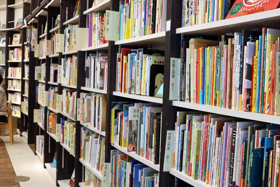 小さい子にも選びやすい本棚